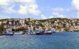 ISTANBUL TURKIET - Augusti 24, 2015: Litet fiskeskepp i bosphorus Fotografering för Bildbyråer