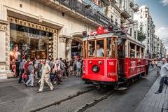 ISTANBUL TURKIET - AUGUSTI 8, 2015: Spårvagn som går via en av de mest berömda avenyerna i Istanbul - Ä°stiklal Caddesi Royaltyfri Fotografi