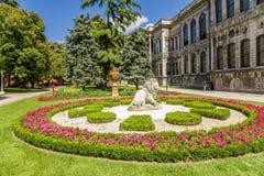 Istanbul Turkiet Blomsterrabatt med diagramet av ett lejon i parkera av slotten av ottomansultorna Dolmabahce Royaltyfri Bild