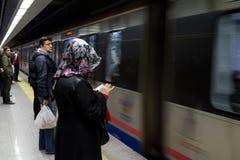 ISTANBUL TURKIET - DECEMBER 28, 2015: Folk som väntar för att stiga ombord ett Marmaray drev royaltyfria foton