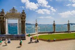Istanbul Turkiet Den östliga porten av den Dolmabahçe slotten och beskådar Bosphorusen Royaltyfri Bild