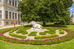 Istanbul Turkiet Den pittoreska sängen och skulpturen av ett lejon i den Dolmabahce slotten Royaltyfri Foto