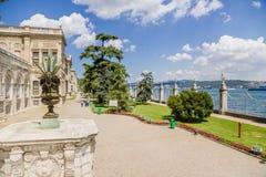 Istanbul Turkiet Dolmabahce slott på kusterna av Bosphorusen royaltyfri foto