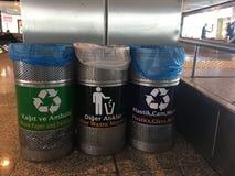 Istanbul Turkiet, Februari 26th 2018: Fack för återvinningsbara material i den Ataturk flygplatsen Royaltyfri Foto
