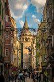 Istanbul Turkiet - 4 6 2018: Galata torn på slutet av gatan royaltyfri bild
