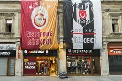 Istanbul Turkiet - 04 22 2016: Galatasaray och Besiktas fotboll shoppar i Istanbul Rivalfotbollslag i den samma gatan i Ist arkivfoto