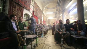 ISTANBUL TURKIET - JANUARI 2014: Folk som röker shisha arkivfilmer