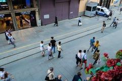 Istanbul Turkiet - Juin 17, 2016: Folk på den Istiklal avenyn Fotografering för Bildbyråer