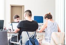 Istanbul Turkiet - Juli 21, 2017: Unga studenter som studerar med bärbara datorer i universitetarkivet/studierummet arkivbild