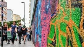 Istanbul Turkiet - Juni 02, 2017: Färgrika ståendegraffitis målade på väggen i det Kadikoy området av den Istanbul staden Royaltyfri Fotografi
