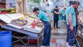 Istanbul Turkiet - Juni 02, 2017: Fiskare på fiskmarknaden i Ka Arkivfoton