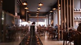 Istanbul Turkiet - Juni 02, 2017: Folk på den Starbucks coffee shop i Istanbul Royaltyfria Foton