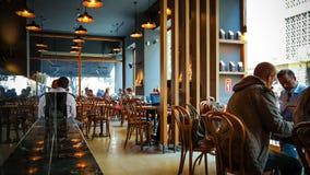 Istanbul Turkiet - Juni 02, 2017: Folk på den Starbucks coffee shop i Istanbul Arkivbilder
