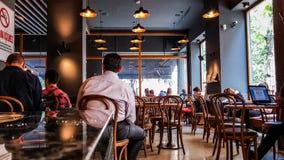 Istanbul Turkiet - Juni 02, 2017: Folk på den Starbucks coffee shop i Istanbul Arkivfoton