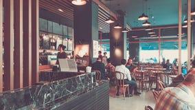 Istanbul Turkiet - Juni 02, 2017: Folk på den Starbucks coffee shop i Istanbul Royaltyfri Bild