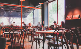 Istanbul Turkiet - Juni 02, 2017: Folk på den Starbucks coffee shop i Istanbul Royaltyfri Fotografi