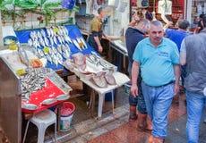 Istanbul Turkiet - Juni 02, 2017: Folk på fiskmarknaden i Kadik Royaltyfri Bild