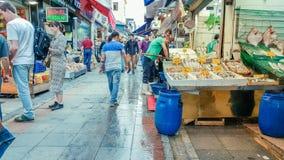 Istanbul Turkiet - Juni 02, 2017: Folk på fiskmarknaden i Kadik Arkivbild