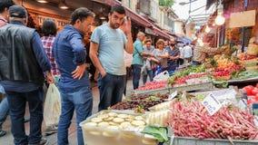 Istanbul Turkiet - Juni 02, 2017: Folk på livsmedelsbutiken i Kadikoy s Arkivfoton