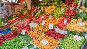 Istanbul Turkiet - Juni 02, 2017: Frukter och grönsaker displ på Arkivbild