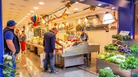 Istanbul Turkiet - Juni 02, 2017: Inre av en fiskmarknad på den Kadikoy gatabasaren Arkivbild