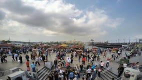 ISTANBUL TURKIET - JUNI 09, 2015: Rusningstidfolkmassatimelapse i den Eminonu fyrkanten Eminonu är hjärtan av den walled staden a