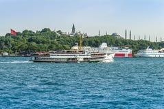 Istanbul Turkiet, 11 Juni 2007: Skepp framme av Topkapi PA Arkivfoto