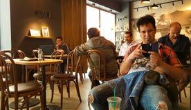 Istanbul Turkiet - Juni 02, 2017: Ung man på den Starbucks coffee shop i Istanbul Arkivfoto