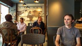 Istanbul Turkiet - Juni 02, 2017: Ung man på den Starbucks coffee shop i Istanbul Arkivfoton