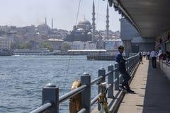 İstanbul Turkiet - Maj 19, 2019: Äta för för brorestauranger och folk Fotograferat i soligt och fuktigt väder arkivbild