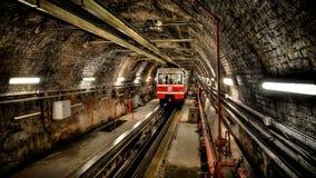 Istanbul Turkiet - Maj 11, 2013: Den Tunel gångtunnelen mellan Karakoy och Tunel kvadrerar, den andra äldsta bergbanatunnelbanali Arkivfoton