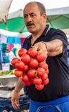 Istanbul Turkiet/Maj 31, 2016 - försäljaren rymmer ut en grupp av till arkivfoton