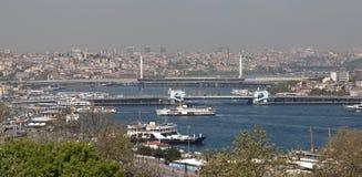 ISTANBUL TURKIET - MAJ 04, 2015: Foto av broar över det guld- hornet Royaltyfria Foton