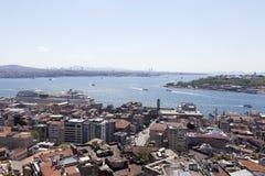 ISTANBUL TURKIET - MAJ 11, 2015: Foto av sikten av det guld- hornet från däck för Galata tornobservation Arkivfoton