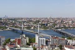 ISTANBUL TURKIET - MAJ 11, 2015: Fotosikt av centret och bron över det guld- hornet Arkivfoton