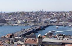 ISTANBUL TURKIET - MAJ 11, 2015: Fotosikt av centret och bron över det guld- hornet Royaltyfria Foton