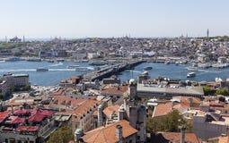 ISTANBUL TURKIET - MAJ 11, 2015: Fotosikt av centret och bron över det guld- hornet Royaltyfri Foto