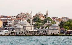 ISTANBUL Turkiet - Maj 24, 2015; Istanbul gamla stadsbyggnader med Bosphorus i förgrund royaltyfri foto