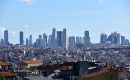 ISTANBUL TURKIET - MAJ 10: Skyskrapor och uppehåll kan vara ser Royaltyfri Fotografi