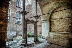 Istanbul Turkiet - 4 mars, 2013: Döpa rum inom Hagia Sophia Ayasofya, historisk mitt av arv för den Istanbul UNESCOvärlden L arkivfoton