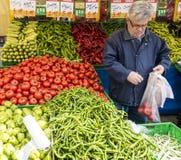 Istanbul Turkiet/mars 29, 2016 - manshower för nya grönsaker arkivfoton