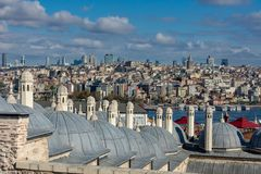 Istanbul Turkiet 09-November-2018 Kupoler av den Suleymaniye moskén och sikter av stadsmitten och det Galata tornet royaltyfria bilder