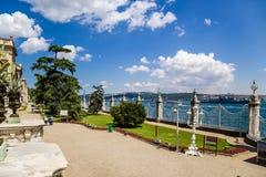 Istanbul Turkiet Parkera den Dolmabahçe slotten som förbiser Bosphorusen Royaltyfri Bild