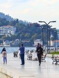 Istanbul TURKIET, September 21, 2018: Det muslimska folket är gå och spela sportar på promenaden royaltyfria bilder