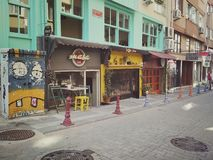 Istanbul TURKIET - September 21 - 2018: M?ngf?rgade byggnader och gatakaf? p? Kadikoy i ottan royaltyfri bild