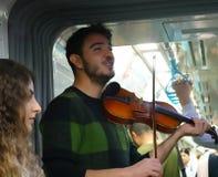 Istanbul Turkiet, September 22 , 2018: Student som spelar fiolen i gångtunnelen och sjunger en sång arkivbild