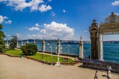Istanbul Turkiet Staket och östlig port av den Dolmabahce slotten på kusterna av Bosphorusen Royaltyfria Bilder
