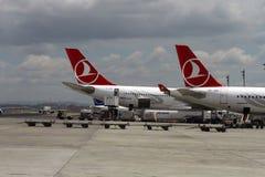 ISTANBUL TURKIET - Turkisk flygbolag - Ataturk flygplats Arkivfoto