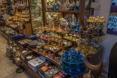 Istanbul Turkiet - 6 18 2018: Turkisk keramik på den storslagna basaren royaltyfria bilder