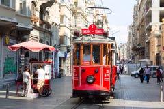 Istanbul, Turquie - août 2018 : Rétro tram sur la rue d'Istiklal Tram rouge Taksim-Tunel photos stock